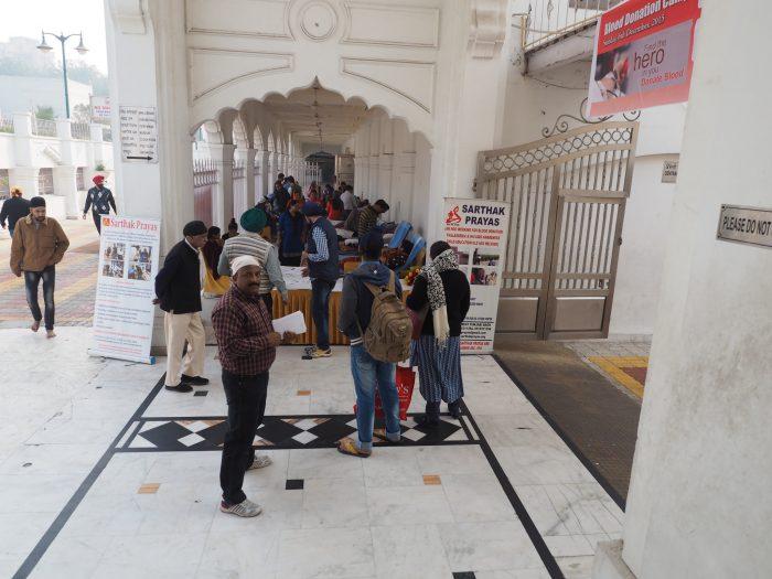 Индия (India). Дели (Dehli). Сикхский (sikh) храм Гурдвара Бангла Сахиб (Gurudwara Bangla Sahib). Доноры сдают кровь.