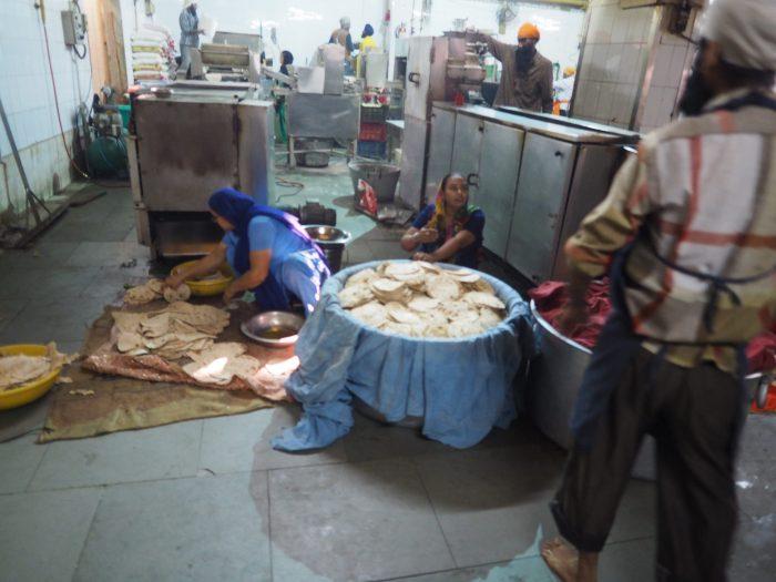 Индия (India). Дели (Dehli). Сикхский (sikh) храм Гурдвара Бангла Сахиб (Gurudwara Bangla Sahib). На кухне лангара (langar) - общественой трапезной.