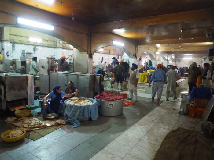 Индия (India). Дели (Dehli). Сикхский (sikh) храм Гурдвара Бангла Сахиб (Gurudwara Bangla Sahib). На кухне лангара (langar) - общественной трапезной.