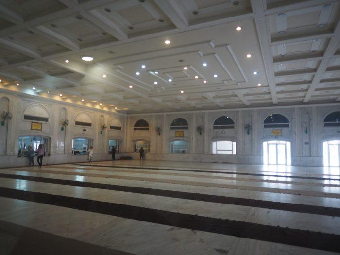 Индия (India). Дели (Dehli). Сикхский (sikh) храм Гурдвара Бангла Сахиб (Gurudwara Bangla Sahib). Зал лангара (langar) - общественной трапезной.