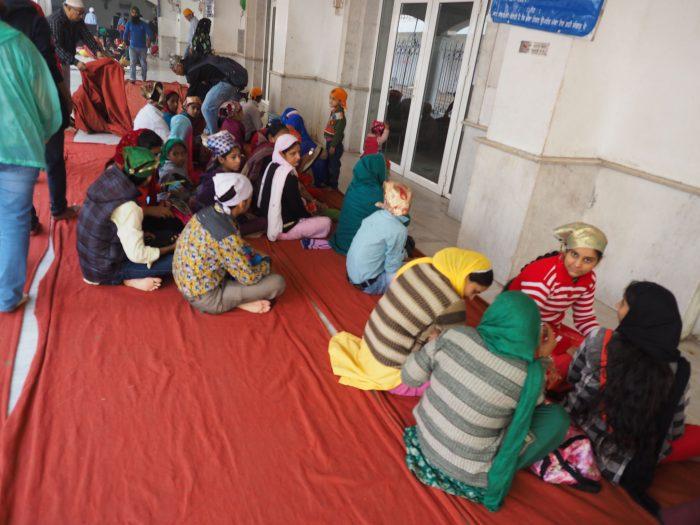 Индия (India). Дели (Dehli). Сикхский (sikh) храм Гурдвара Бангла Сахиб (Gurudwara Bangla Sahib). У дверей лангара (langar) - общественной трапезной.