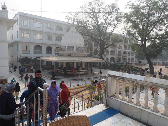 Индия (India). Дели (Dehli). Сикхский (sikh) храм Гурдвара Бангла Сахиб (Gurudwara Bangla Sahib). Общественное здание.