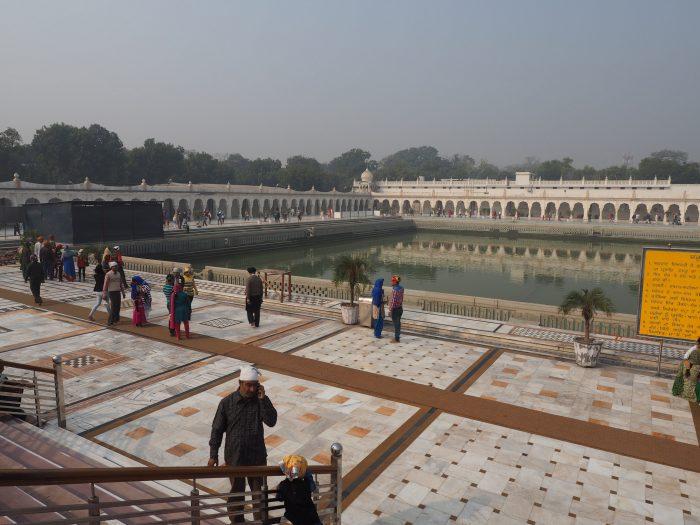 Индия (India). Дели (Dehli). Сикхский храм Гундвара Бангла Сахиб (Gurudwara Bangla Sahib). Саровара (Sarovara) - священный водоем.
