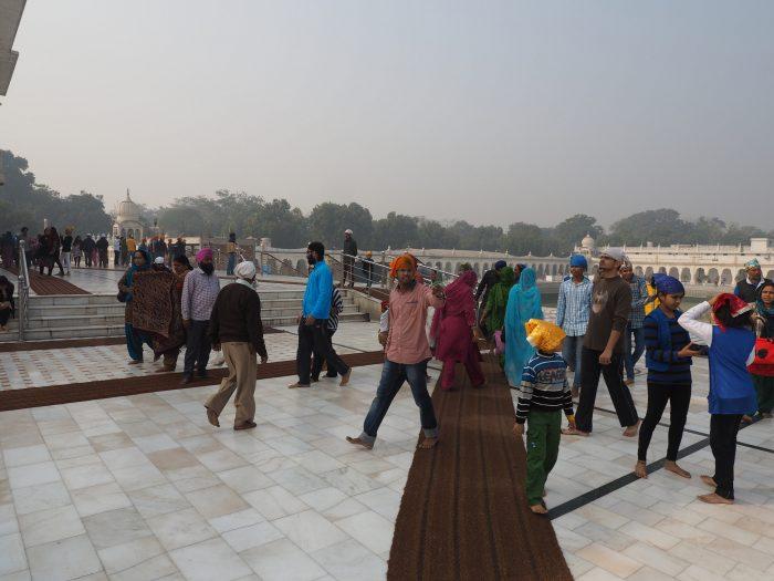 Индия. Дели. В сикхском храмовом комплексе Гурдвара Бангла Сахиб (Gurudwara Bangla Sahib).