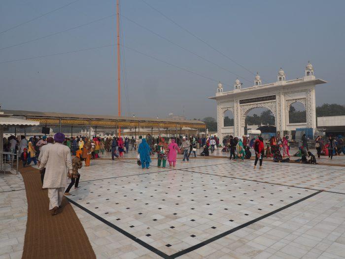 Индия (India). Дели (Dehli). Сикхский (sikh) храм Гурдвара Бангла Сахиб (Gurudwara Bangla Sahib). Ворота храма.