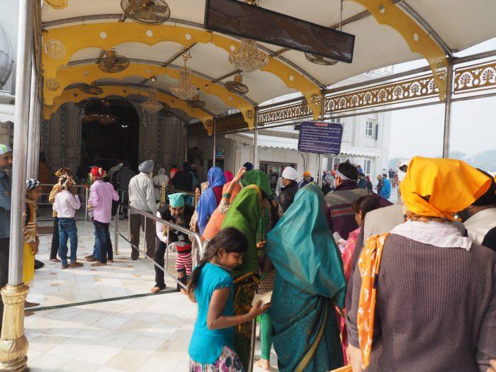 Индия. Дели. Входим в здание сикхского храма Гурдвара Бангла Сахиб (Gurudwara Bangla Sahib)