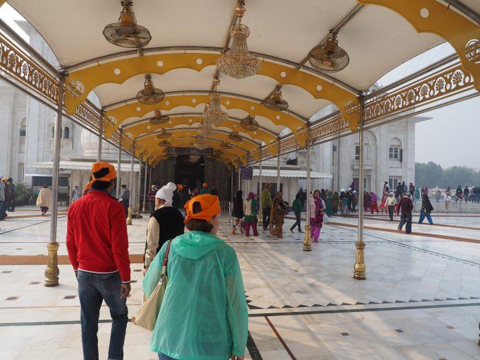 Индия. Дели. Вход в здание сикхского храма Гурдвара Бангла Сахиб (Gurudwara Bangla Sahib)