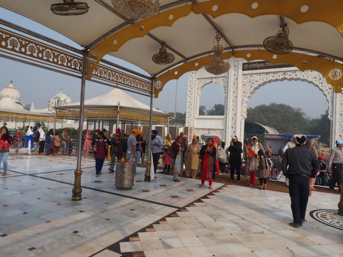 Индия. Дели. У входа в здание сикхского храма Гурдвара Бангла Сахиб (Gurduwara Bangla Sahib)