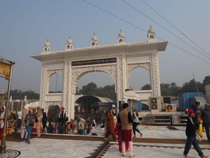 Индия. Дели. Ворота в сикхский храм Гурдвара Бангла Сахиб (Gurudwara Bangla Sahib)