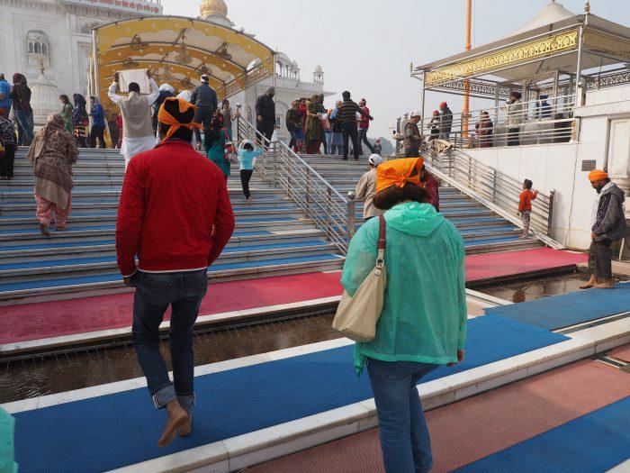 Индия. Дели. Входим в сикхский храм Гурдвара Бангла Сахиб (Gurudwara Bangla Sahib) без обуви с помытыми ногами