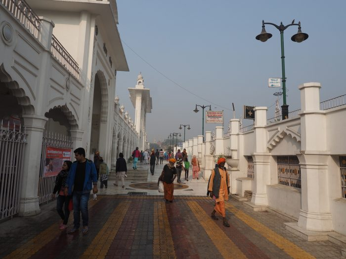 Проходим рядом с сикхским храмом