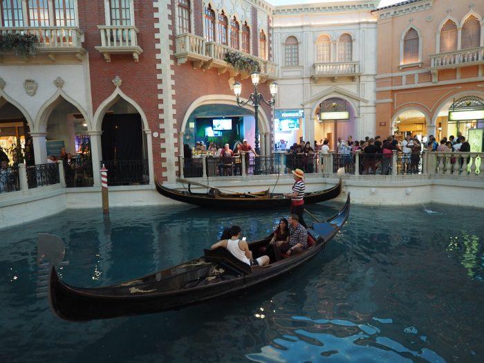 Венецианские каналы, гондолы, поющий гондольер в Лас Вегасе.