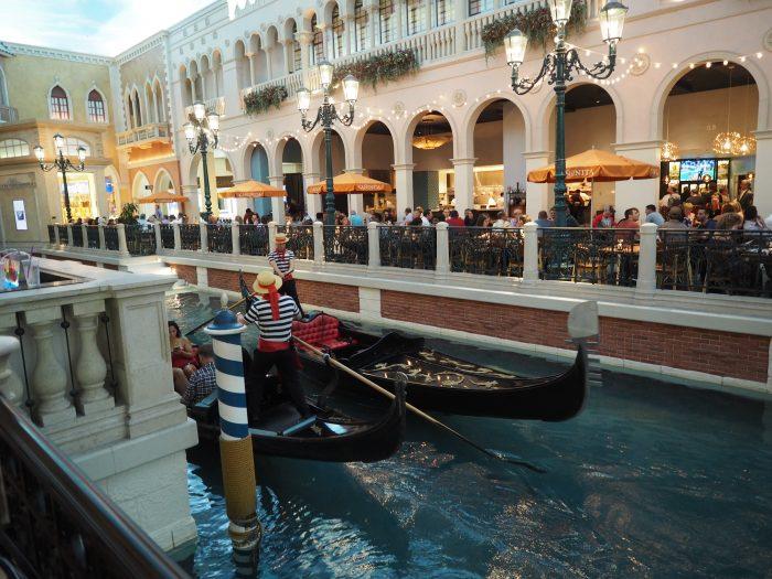 Венецианские каналы и гондолы в отеле Венеция в Лас Вегасе.